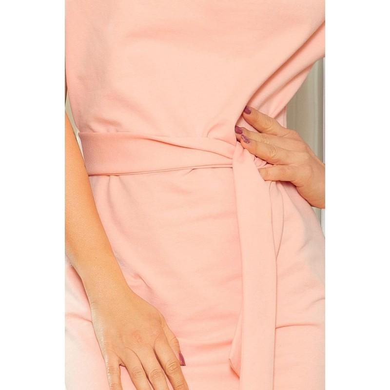 Asymetrické dámské šaty broskvové barvy s páskem