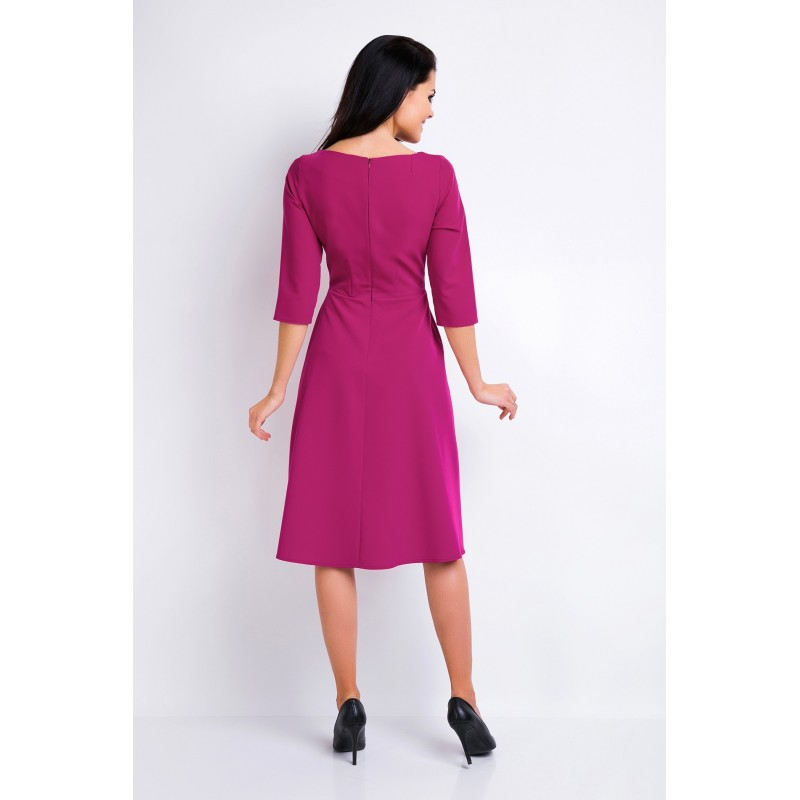 Krásné šaty s asymetrickým výstřihem v bordové barvě