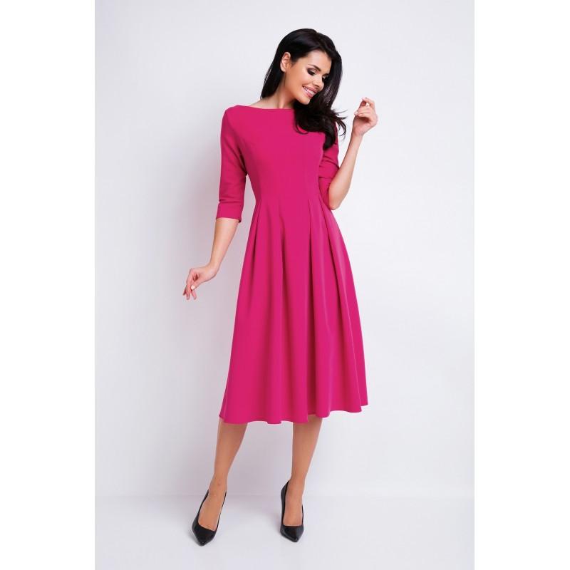 Krásné dámské šaty růžové barvy s rozšířenou sukní