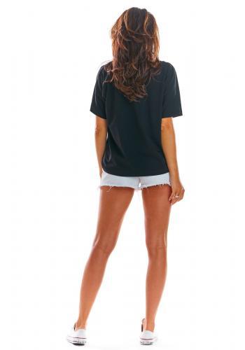 Volné dámské tričko černé barvy s hlubokým výstřihem