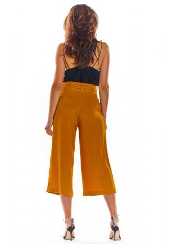 Módní dámské kalhoty velbloudí barvy na léto