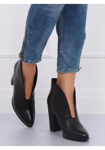 Černé elegantní boty na podpatku s výřezem pro dámy