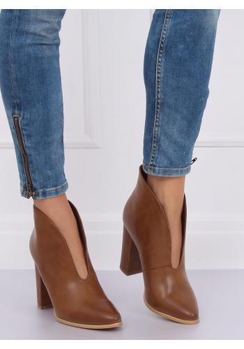 Dámské elegantní boty na podpatku s výřezem v hnědé barvě
