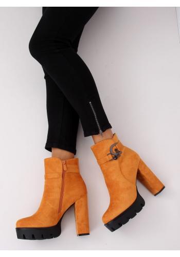 Semišové dámské kozačky žluté barvy na podpatku