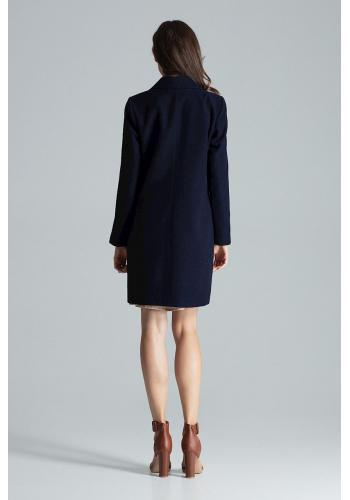 Klasický dámský kabát tmavě modré barvy na podzim