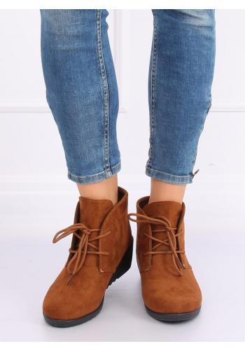 Semišové dámské boty hnědé barvy na klínovém podpatku