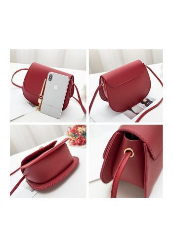 Červená elegantní kabelka se zlatým přívěskem pro dámy