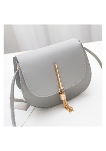 Elegantní dámská kabelka šedé barvy se zlatým přívěskem