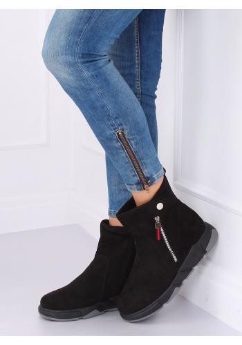 Semišové dámské boty černé barvy na vysoké podrážce