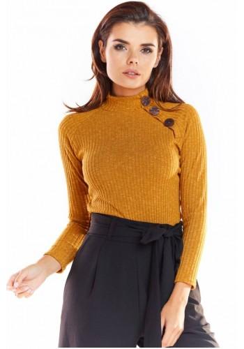 Přiléhavý dámský svetr velbloudí barvy s ozdobnými knoflíky