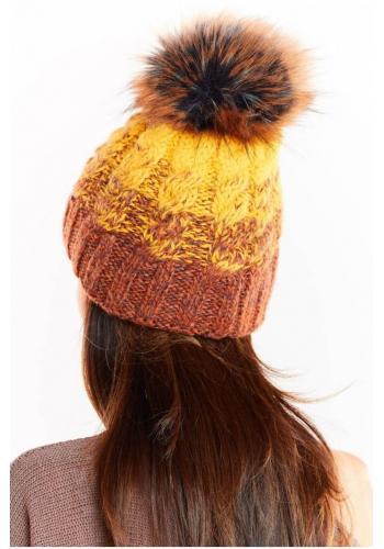 Teplá dámská čepice žluté barvy s kožešinovým pomponem