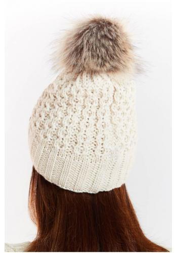 Béžová teplá čepice s kožešinovým pomponem pro dámy