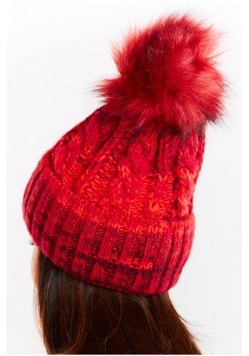 Červená teplá čepice s kožešinovým pomponem pro dámy