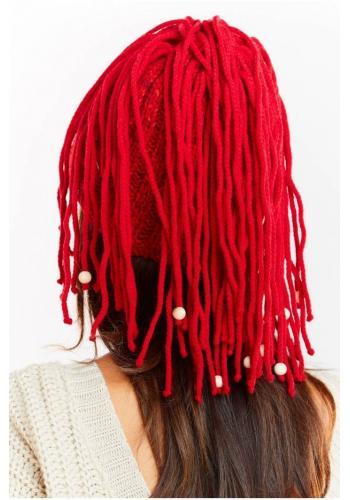 Teplá dámská čepice červené barvy s třásněmi