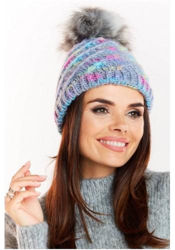 Teplá dámská čepice modré barvy s kožešinovým pomponem