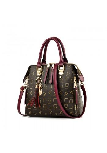 Vzorovaná dámská kabelka bordové barvy s přívěskem