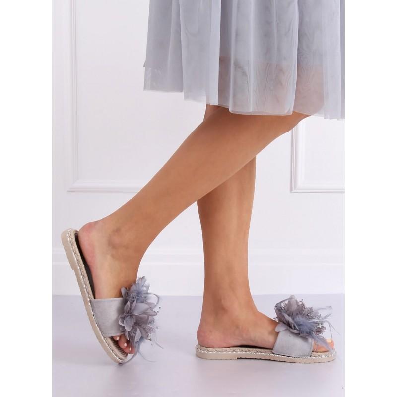 Zdobené dámské pantofle šedé barvy s pírkami