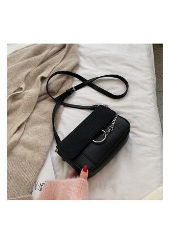 Černá stylová kabelka s ozdobným řetízkem pro dámy
