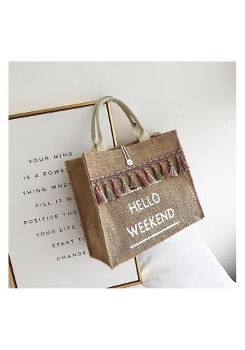 Proutěná dámská kabelka s třásněmi a bílým nápisem