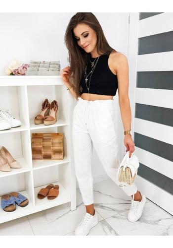 Pohodlné dámské kalhoty bílé barvy s ozdobným nařasením