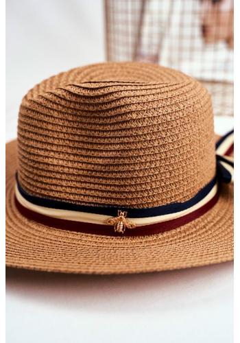 Hnědý módní klobouk na léto se stuhou a zlatou mouchou pro dámy