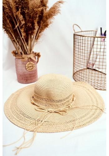 Slaměný dámský klobouk béžové barvy se šňůrkou s korálky