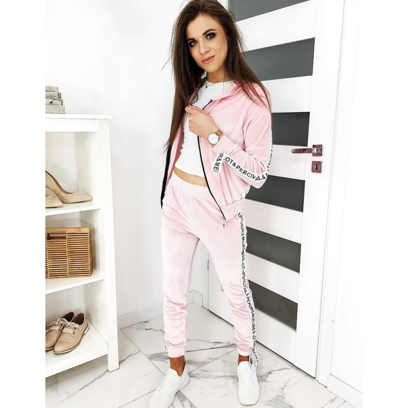 Velurová dámská souprava růžové barvy se stylovými pásy