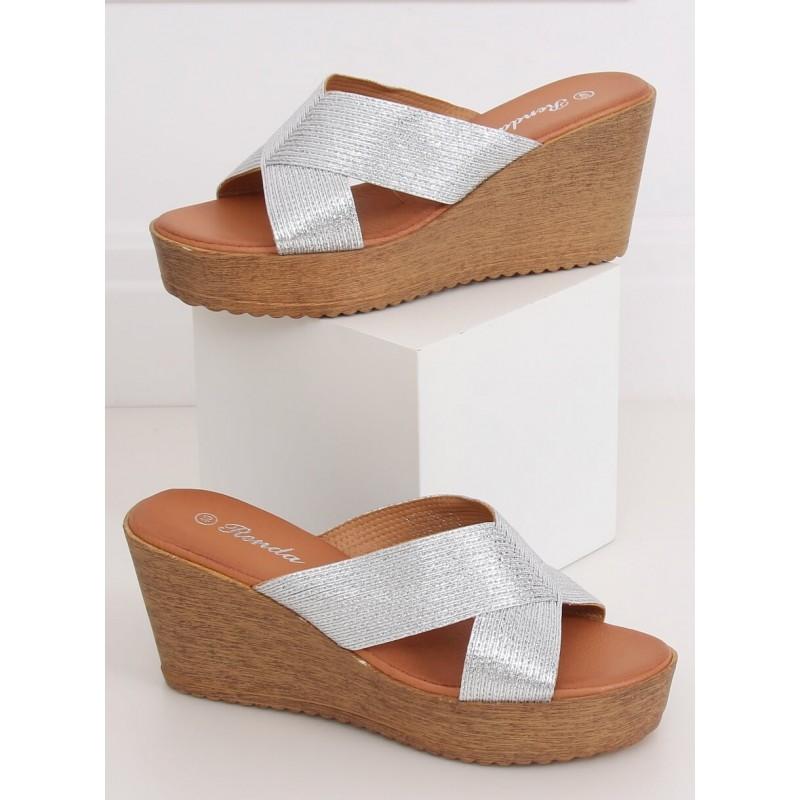Dámské metalické pantofle s klínovým podpatkem ve stříbrné barvě