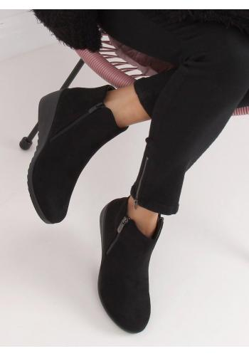 Černé semišové boty na klínovém podpatku pro dámy