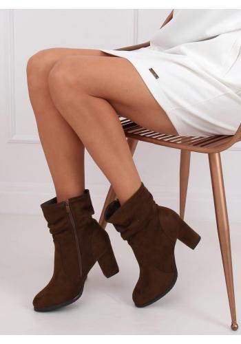 Semišové dámské kozačky hnědé barvy na stabilním podpatku
