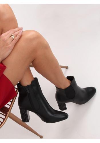 Dámské kotníkové kozačky na zdobeném podpatku v černé barvě