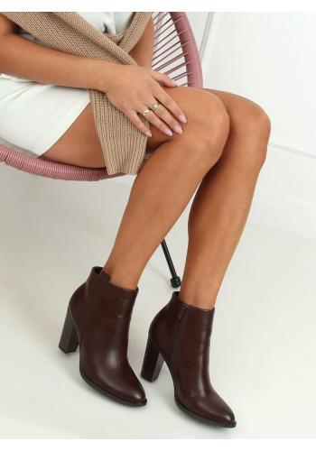 Klasické dámské kozačky hnědé barvy na stabilním podpatku