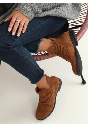 Semišové dámské boty hnědé barvy s výřezem
