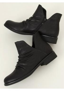 Lícové dámské boty černé barvy s výřezem