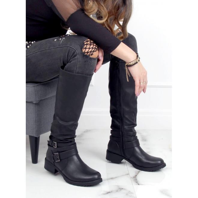 Nařasené dámské kozačky černé barvy s přezkami