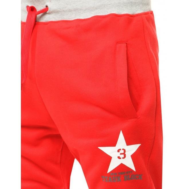 Pánské sportovní tepláky s potiskem v červené barvě