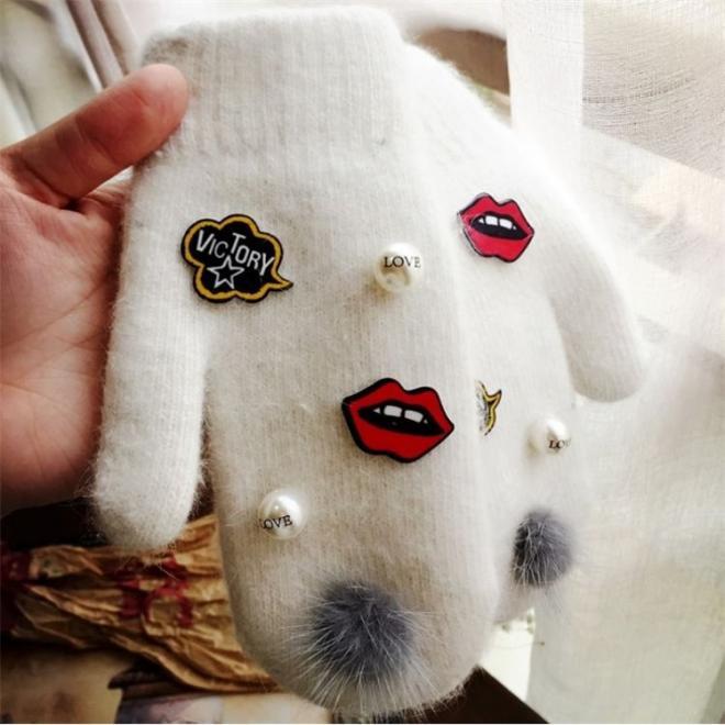 Bílé vlněné rukavice s pomponem pro dámy