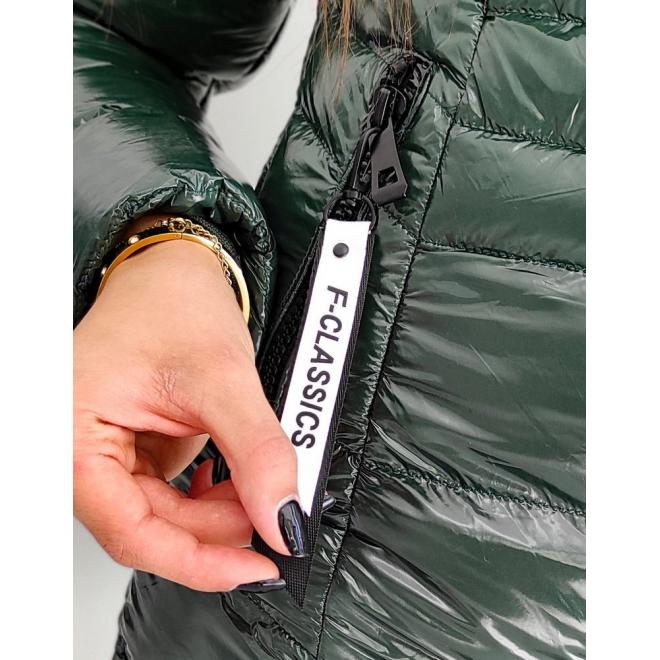 Dámská prošívaná bunda s lesklým povrchem v zelené barvě