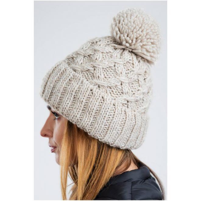 Teplá dámská čepice béžové barvy na zimu