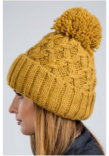 Teplé dámské čepice karamelové barvy na zimu