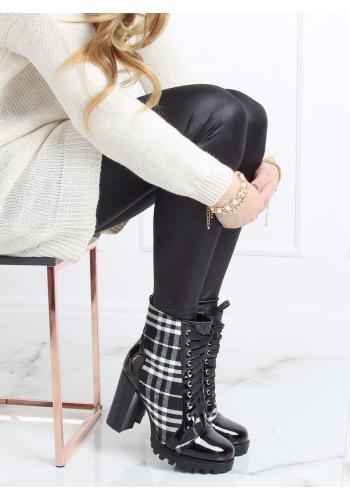 Kostkované dámské kozačky černé barvy na stabilním podpatku