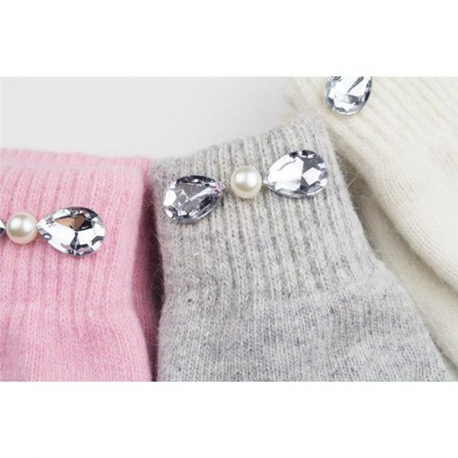 Teplé dámské rukavice krémové barvy s ozdobnými kameny