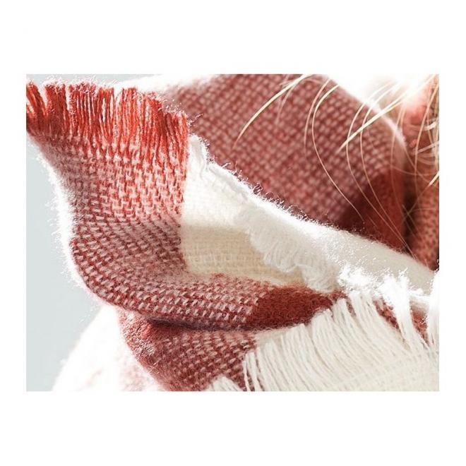 Elegantní dámský šál v hnědé barvě se vzorem