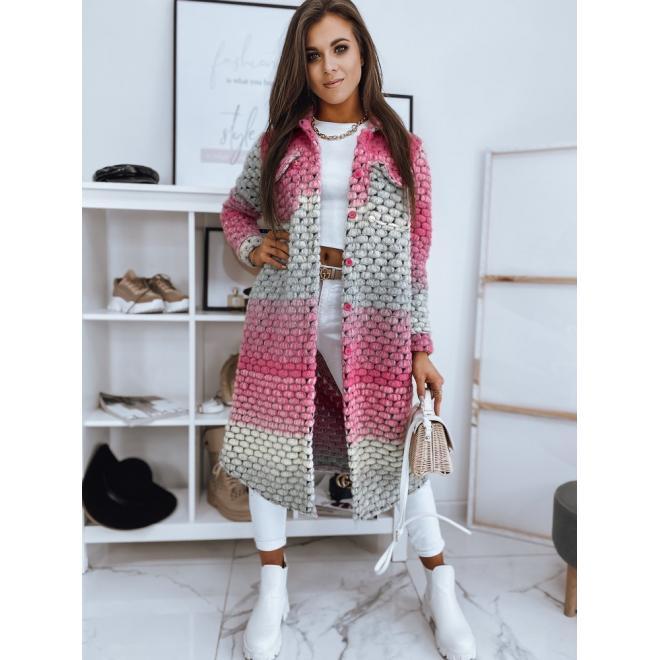 Dlouhý dámský kabát růžové barvy s volnějším střihem