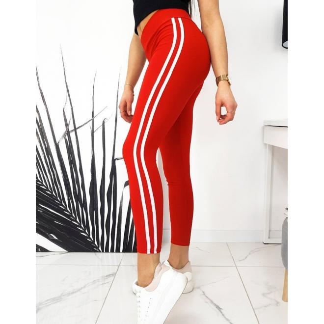 Klasické dámské legíny červené barvy s bílými pásy