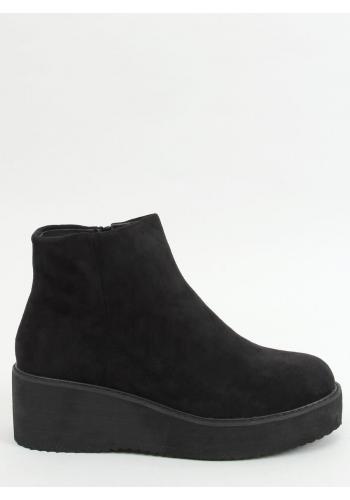 Dámské semišové boty s klínovým podpatkem v černé barvě