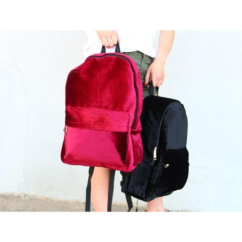 Dámský sametový batoh v černé barvě