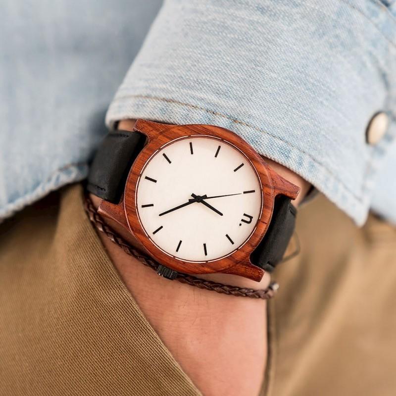 9011067bd Černo-bílé dřevěné hodinky s koženým řemínkem pro pány - dokonalamoda.cz