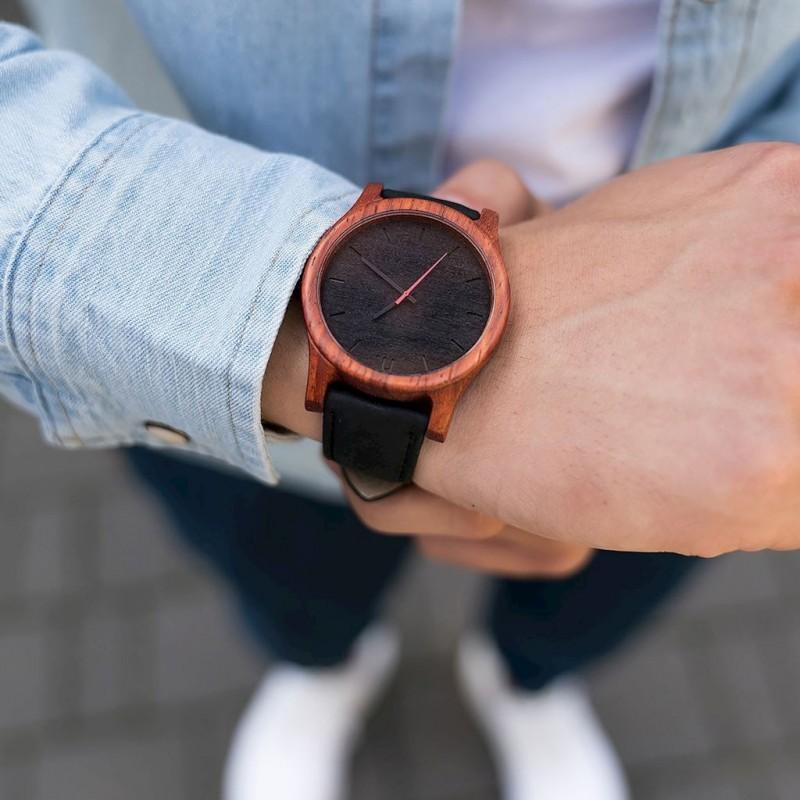 Černo-bílé dřevěné hodinky s koženým řemínkem pro pány
