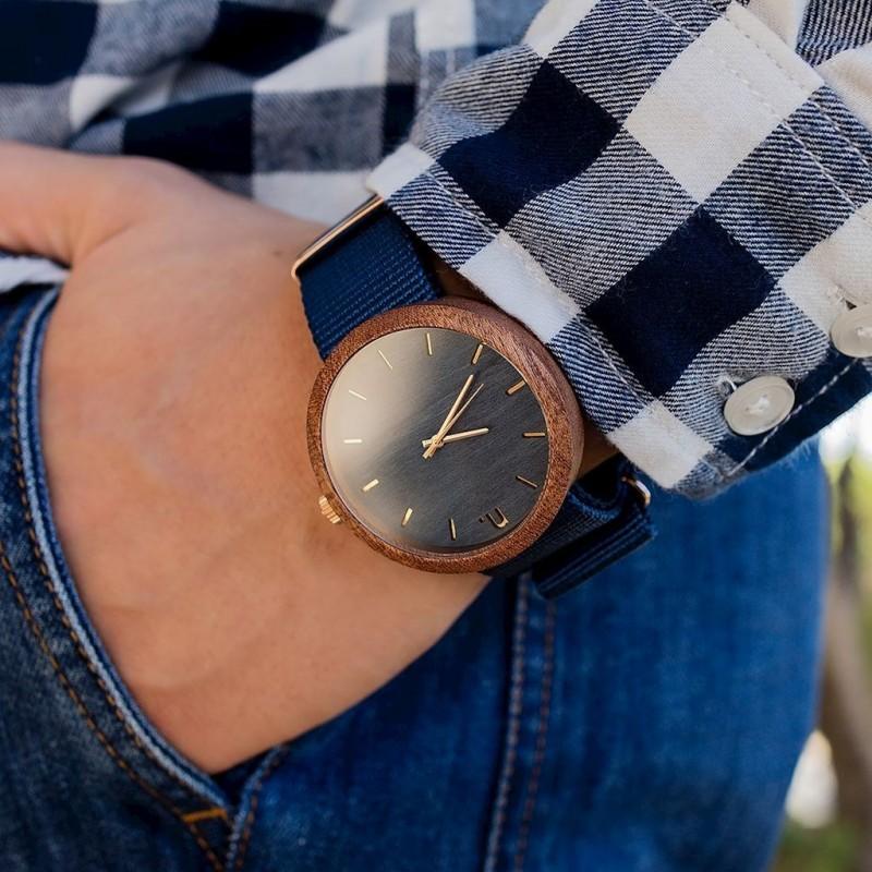 Pánské dřevěné hodinky s textilním řemínkem v šedé barvě